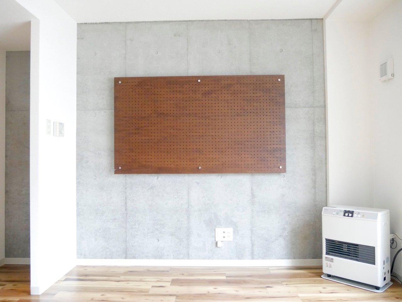 コンクリ調の壁が印象的な1LDKのお部屋。室内は7.5畳と4.6畳の広さに分かれています。