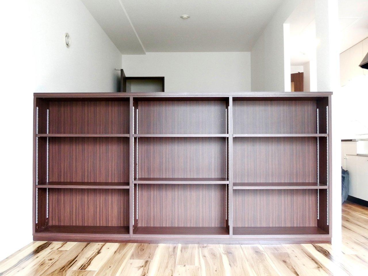 その二つのスぺ―スを分けているのがこの広々とした棚!飾り棚にしたり、本棚にしたり。センスが問われるけれど、遠慮せず自分の個性を思いっきり出してしまいましょう。