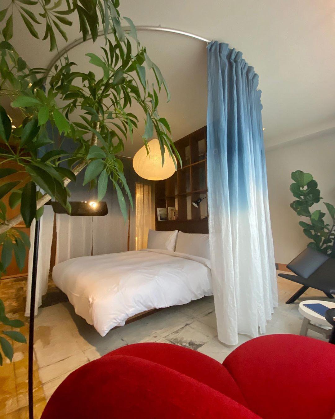 もともとインテリアがとても好きなので、普通では買うことのできないような家具が置いてあるホテルはとても好きですね。