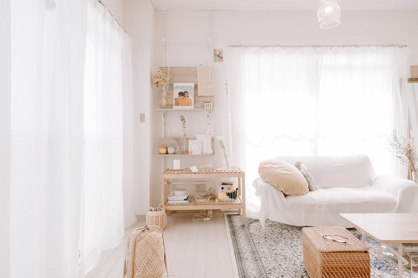 1DKのお部屋の隅に天井と床で突っ張り棒を渡し、ウォールシェルフ型の飾り棚を作成。デッドスペースになりがちな場所の有効活用事例です。