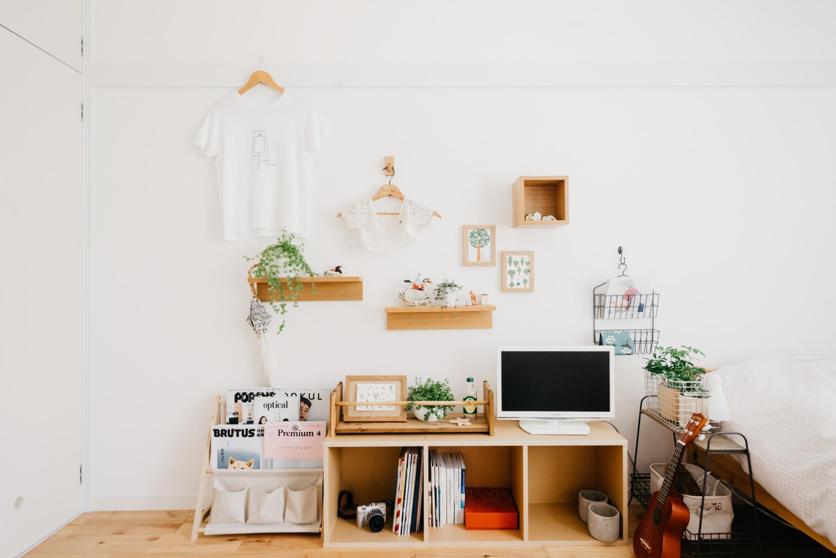 無印良品の「壁に付けられる家具」を使って、壁一面をちょっとした飾り棚にしています。無垢床の素材とウォールシェルフの木の素材感が見事にマッチしていますよね。