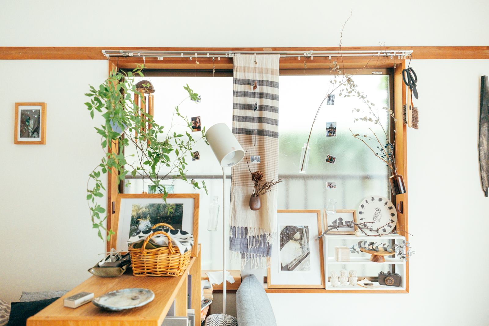 一人暮らしでなかなか飾り棚が作れない、という方にぜひみていただきたいアイディア。窓枠をフレームに飾り棚にした事例。布を下げたり、小さな棚に雑貨を置いたり。一気に素敵なアートスペースになりました。
