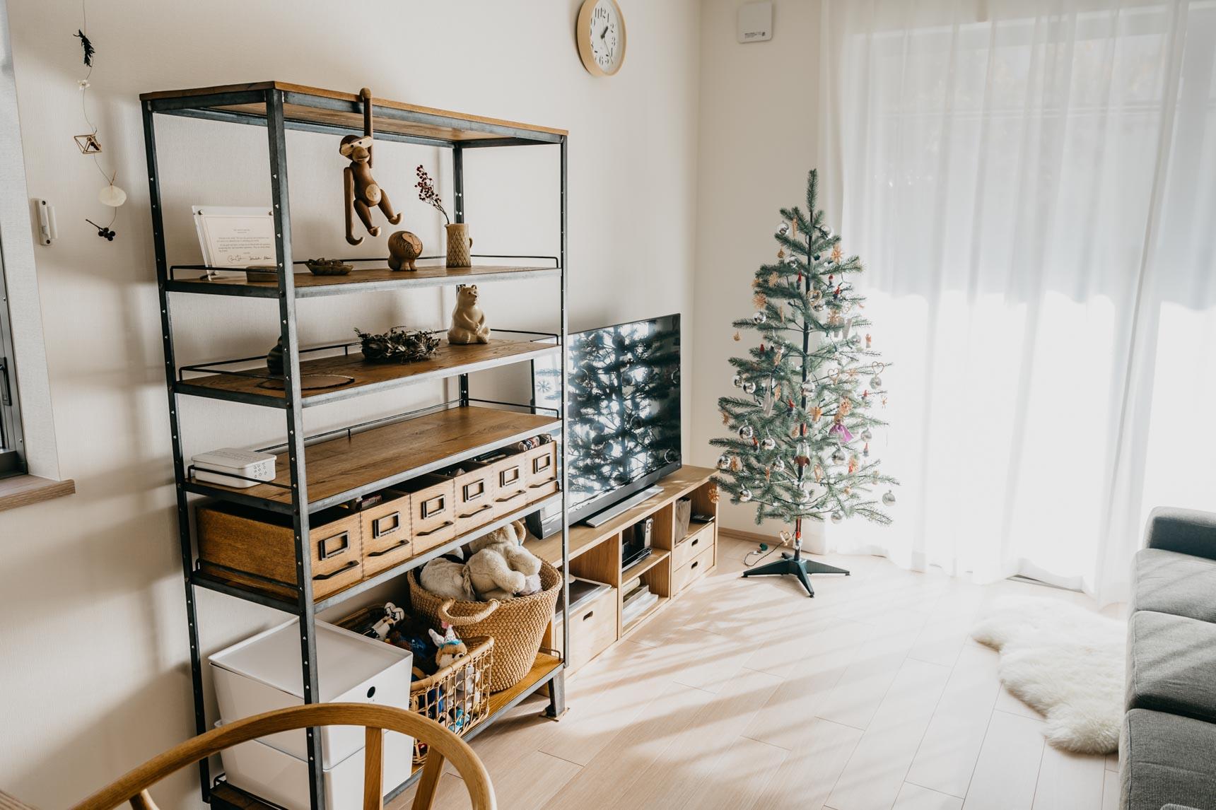 木とアイアン素材の棚。下段は収納に、上段をお気に入りの小物を並べています。