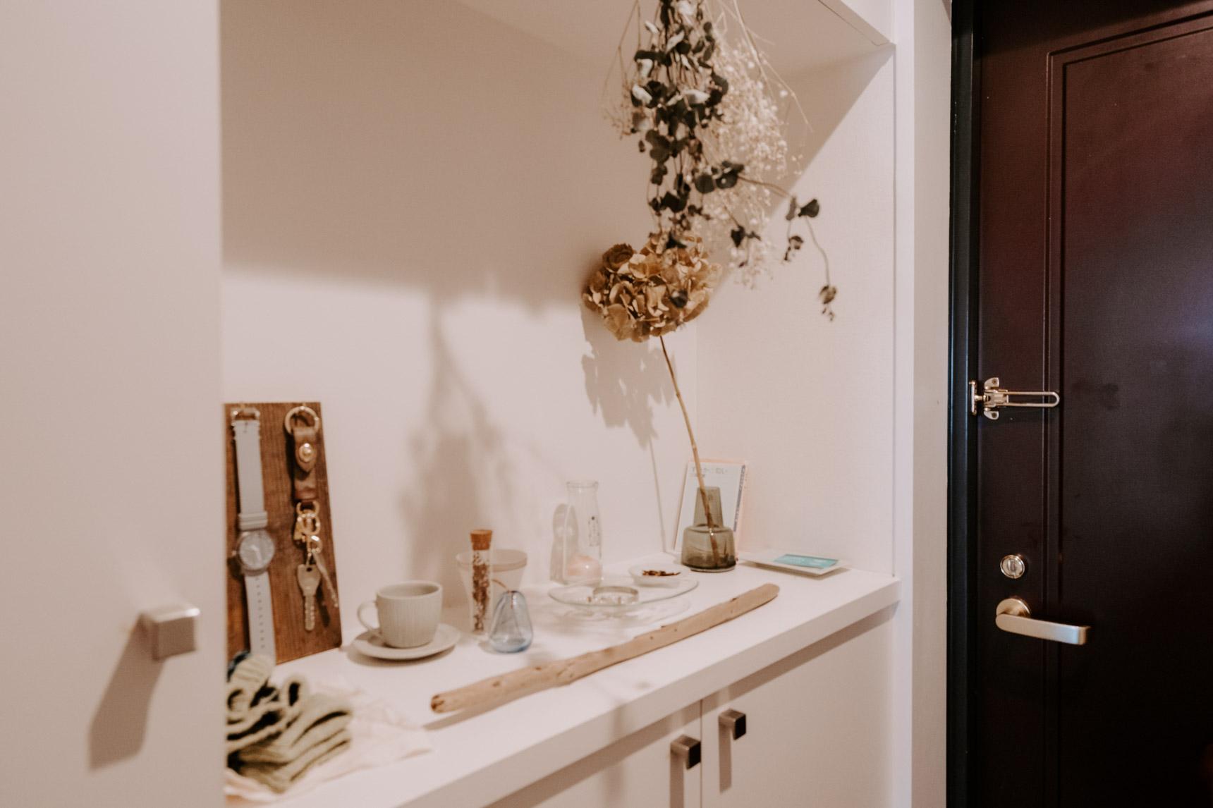 玄関を入ってすぐの場所にあるこちらの棚。雑多に必要なものを置いてしまいがちだけど、こうして綺麗にディスプレイするだけでグッとお部屋の印象は変わりますよ。白が映えるよう、ガラス素材を多く並べているのもポイントですね。(このお部屋をもっと見る)