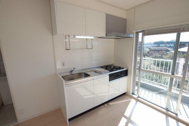 お気に入りはこのキッチン。窓がそばにあるので、明るい場所で料理ができますよ。