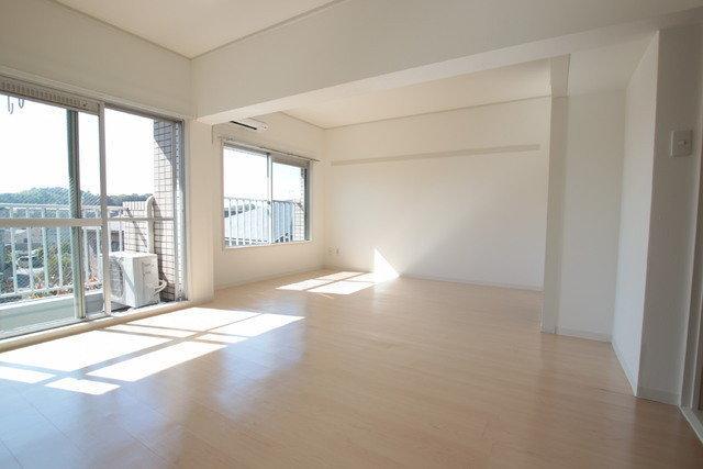 リビングは12畳あり、ゆったりとしたスペースが広がっています。大きな窓があるので、お日様の光もよく入りそう。