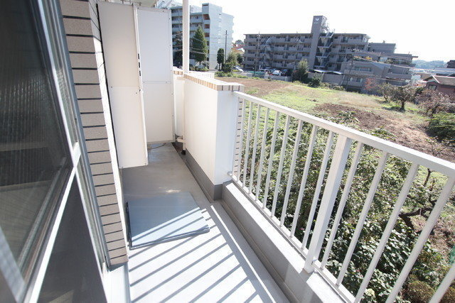 ベランダから見える景色には、緑がある空き地が。コンビニなども近く、便利で過ごしやすそうなお部屋です。