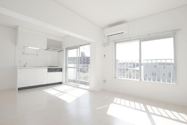 神奈川県川崎市、柿生駅にあるこちらのお部屋。フローリングや壁、キッチンなどが白で統一されていて、とてもシンプルで清潔感がありますね。
