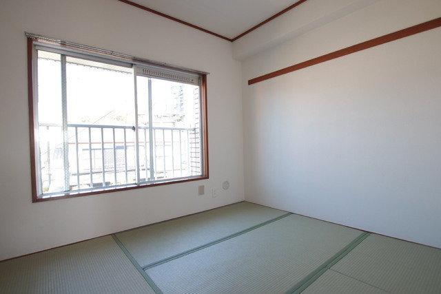 2部屋の個室のうち、一つは和室。こちらが寝室、もう一部屋はワークスペースにしても良さそう。