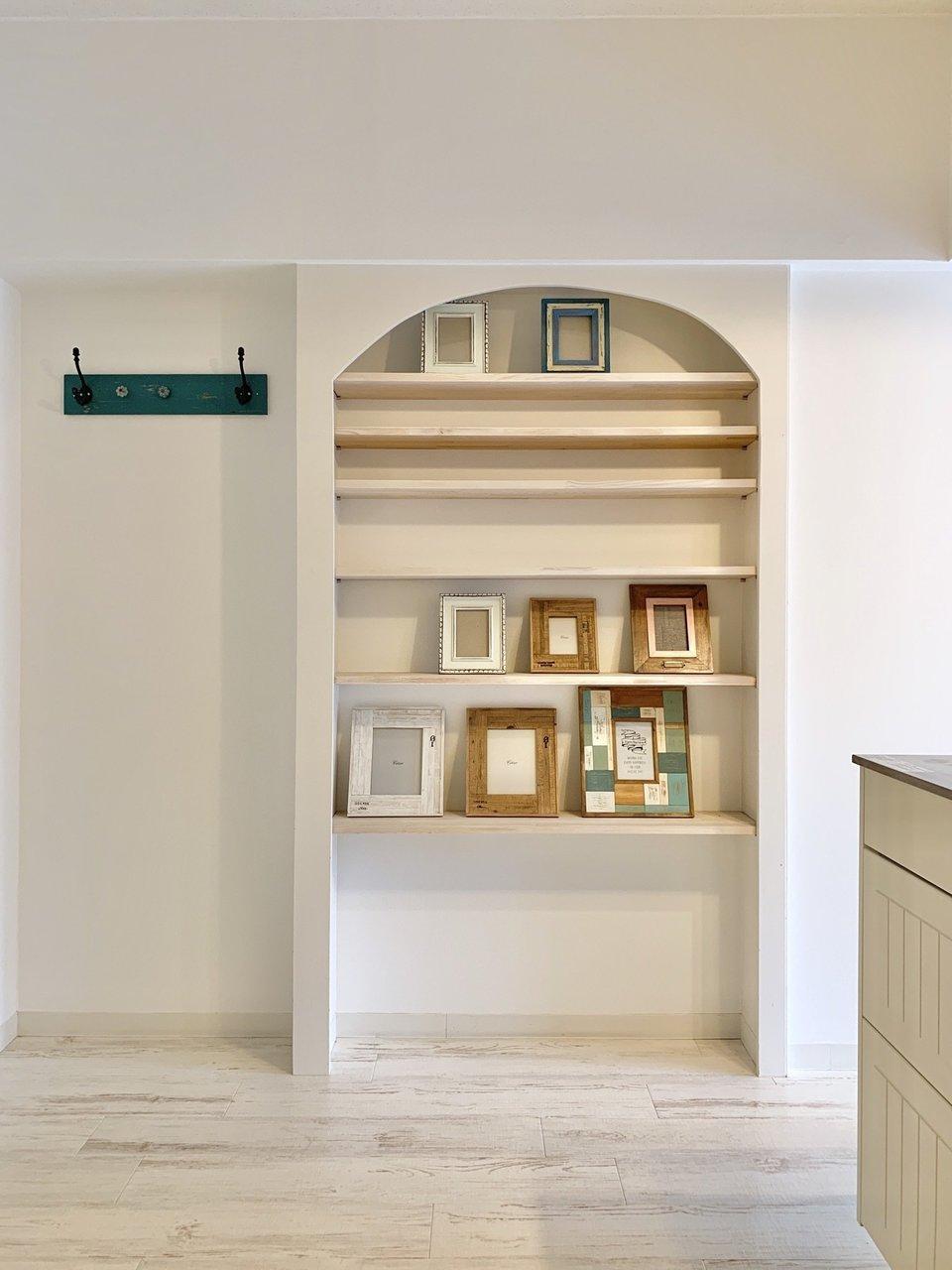 キッチン横に備え付けられた棚もアーチ状になっていて目を惹きます。お気に入りの食器を並べたり、雑貨をディスプレイしたりしてみましょう。