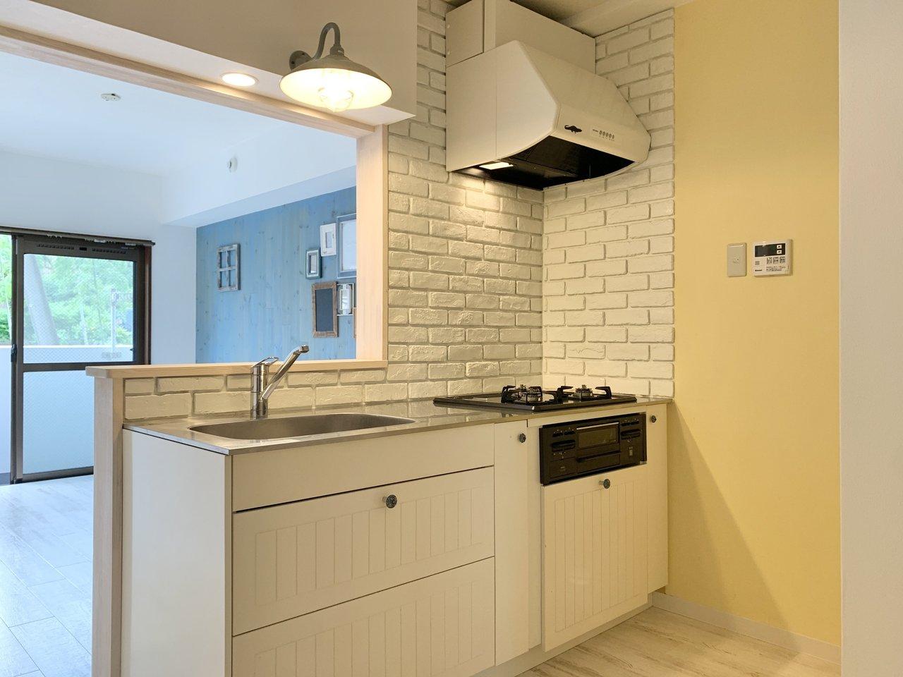 とってもかわいらしいキッチンもおすすめポイント!白いレンガ調のタイルや、収納スペースもディテールが凝っていますね。シンク上のランプもおしゃれ。