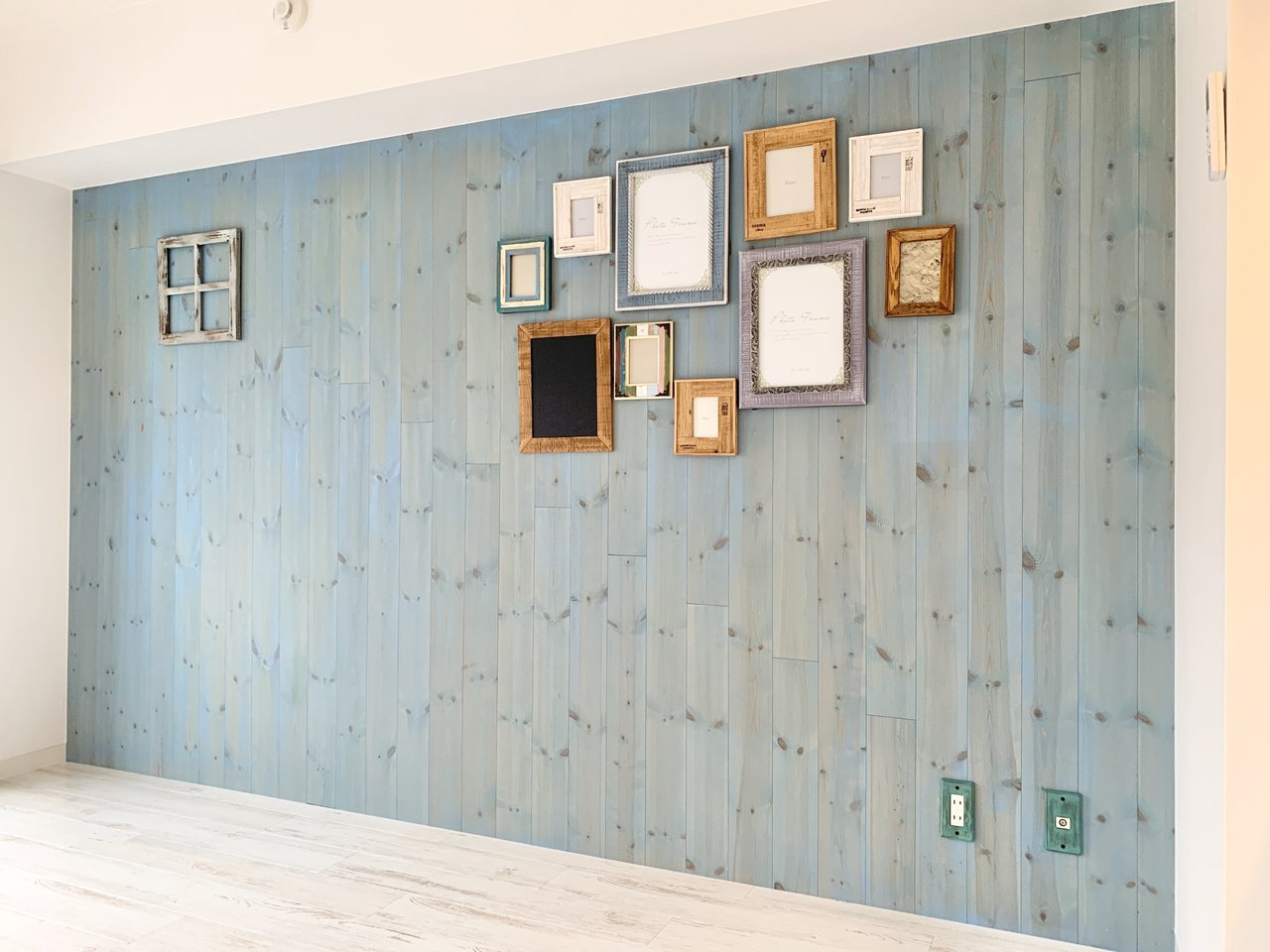 ブルーにペイントされた壁が特徴のひとつ。落ち着いた色合いですね。賃貸でも取り付けられる収納棚をつけたら、よりおしゃれになりそう。