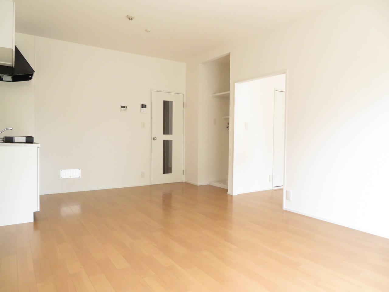 家具を配置しやすい、天井の高いゆったりとした12畳のリビングダイニング。丸いダイニングテーブルなんか置いたらおしゃれに仕上がりそう。
