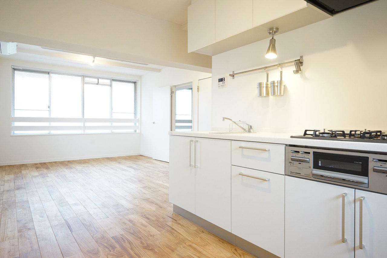 ここからご紹介する2件は、グッドルームのオリジナルリノベーション「TOMOS」で生まれ変わったお部屋です。キッチンと広がるゆったりリビングダイニングは12畳あります。