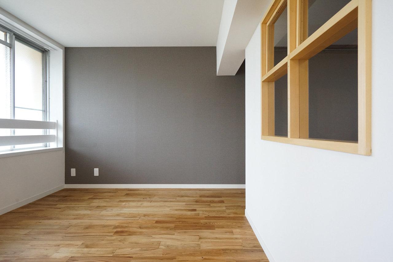 寝室の落ち着いた色合いのクロスもいいですよね。かわいらしい内窓の中はというと……。