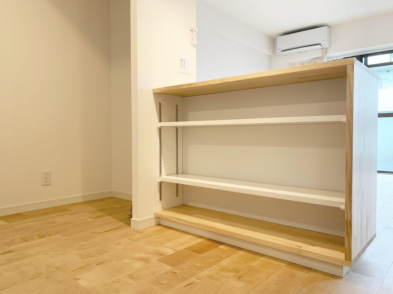 しかもこちらのカウンター、キッチン側は収納スペースになっていました。キッチン自体にも収納棚がついているので、かなり広々と使えますね。