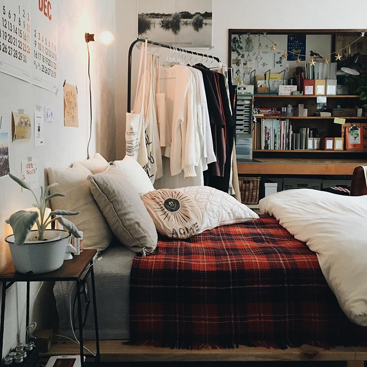 こちらはYUIさんの寝室。押入れは、襖を全て外し、デスクとして使っています。