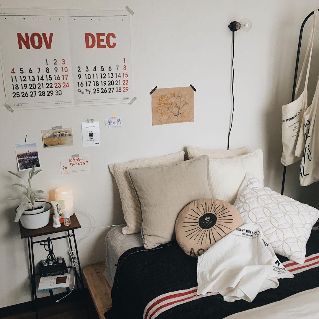 素敵なショップカードやフライヤーなどは好きで集めてしまうアイテム。ベッド周りにもたくさん飾られています。