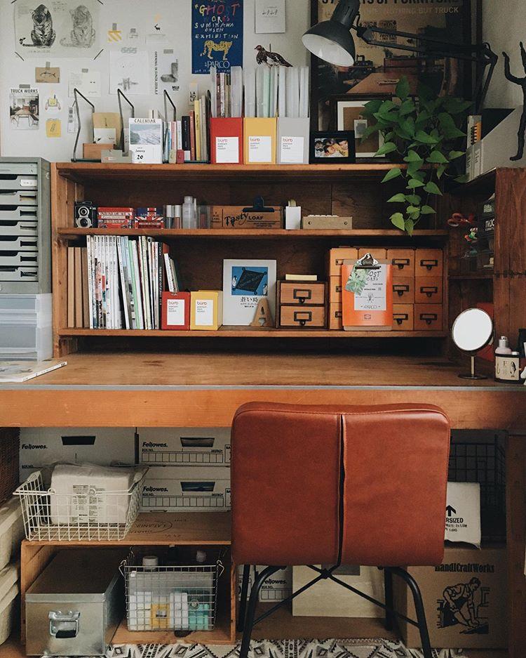 押入れの中の本棚はDIY。集めているショップカードや雑誌などを、整頓してまとめて置く場所に。
