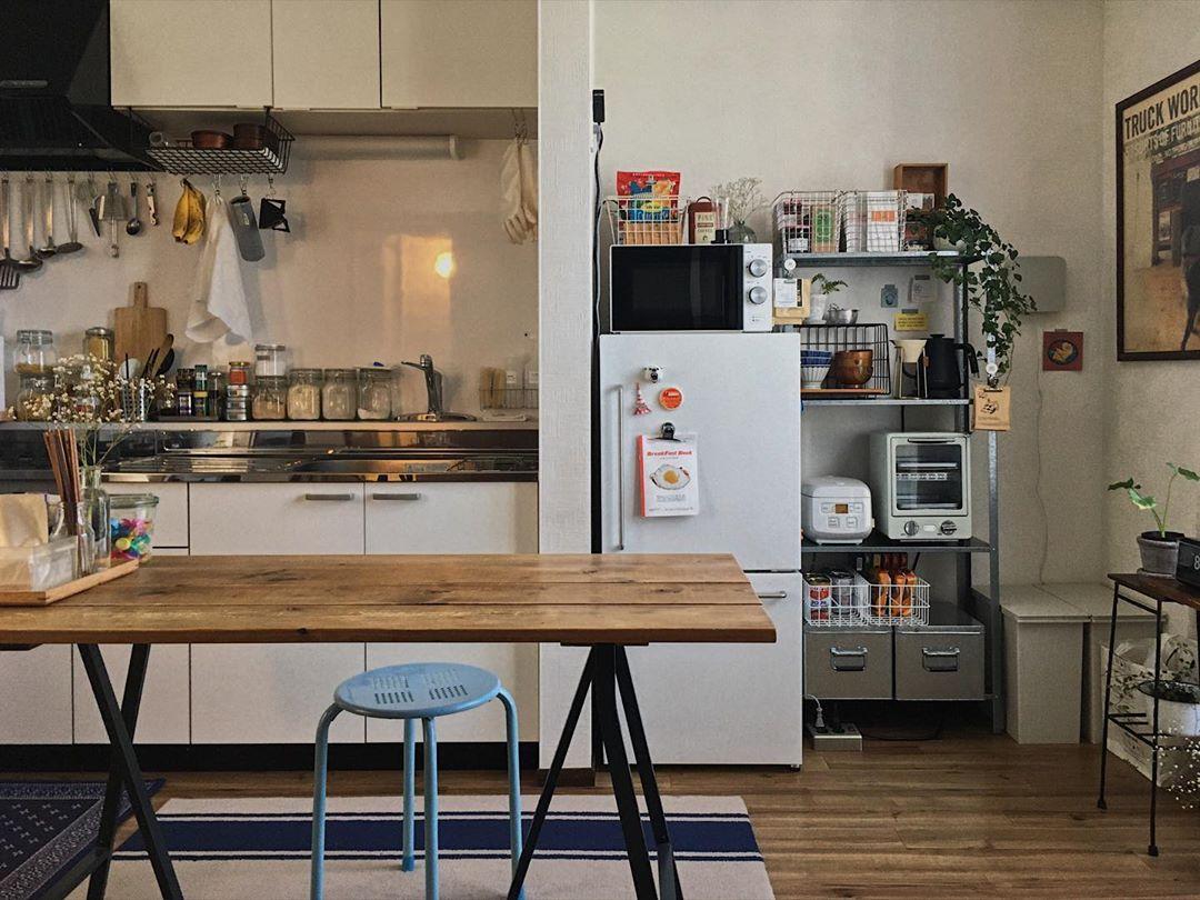 部屋の中で一番気に入っている場所はダイニング。ソファ、テレビを置くのをやめて、食卓中心の生活に。テーブル脚はIKEAのもので、ホームセンターで買った木材をワトコオイルで塗装し天板にしています。