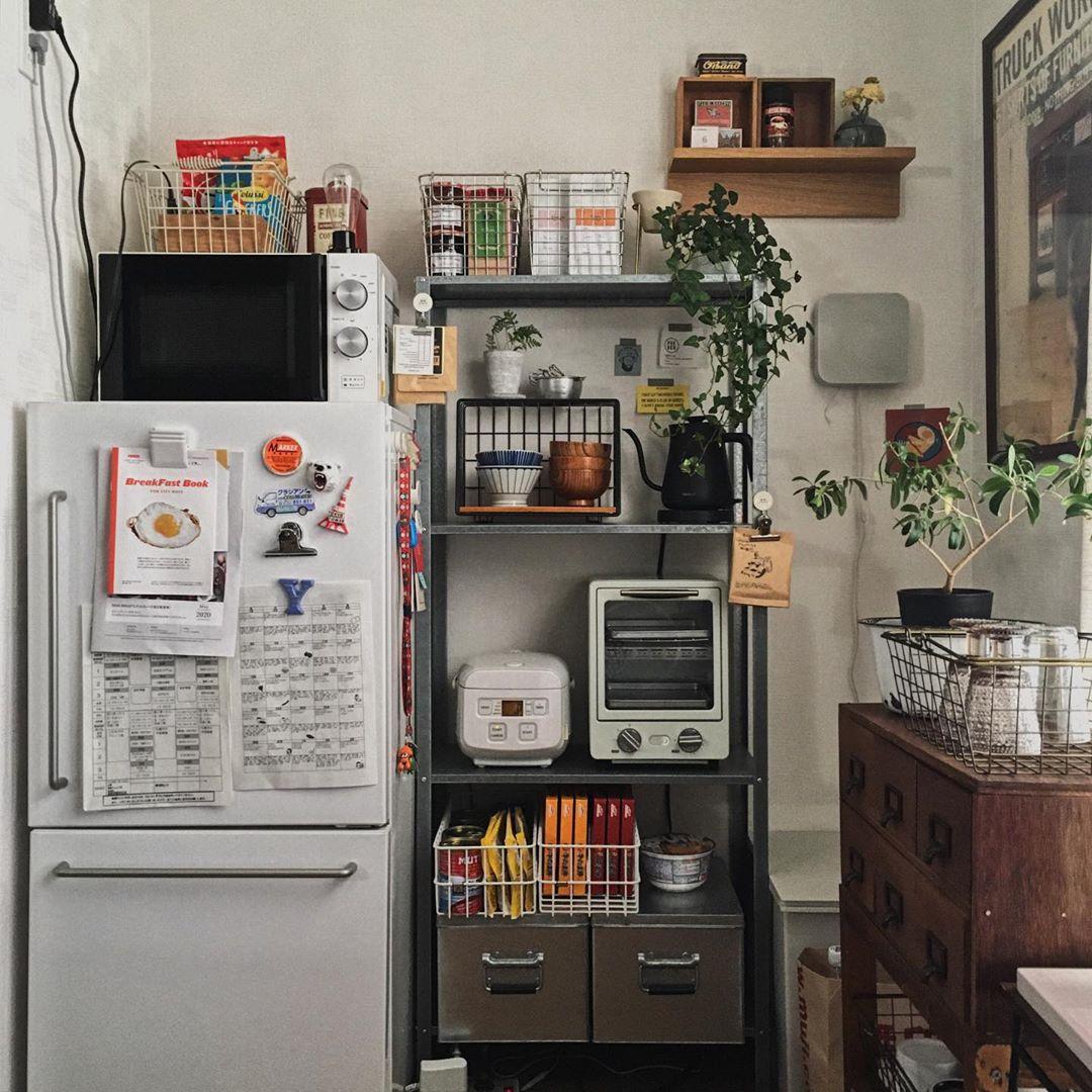 キッチンでは、IKEAのHYLLISを活用。無印良品のステンレスワイヤーバスケットなどを組み合わせて、素敵なオープン収納を作っていらっしゃいます。