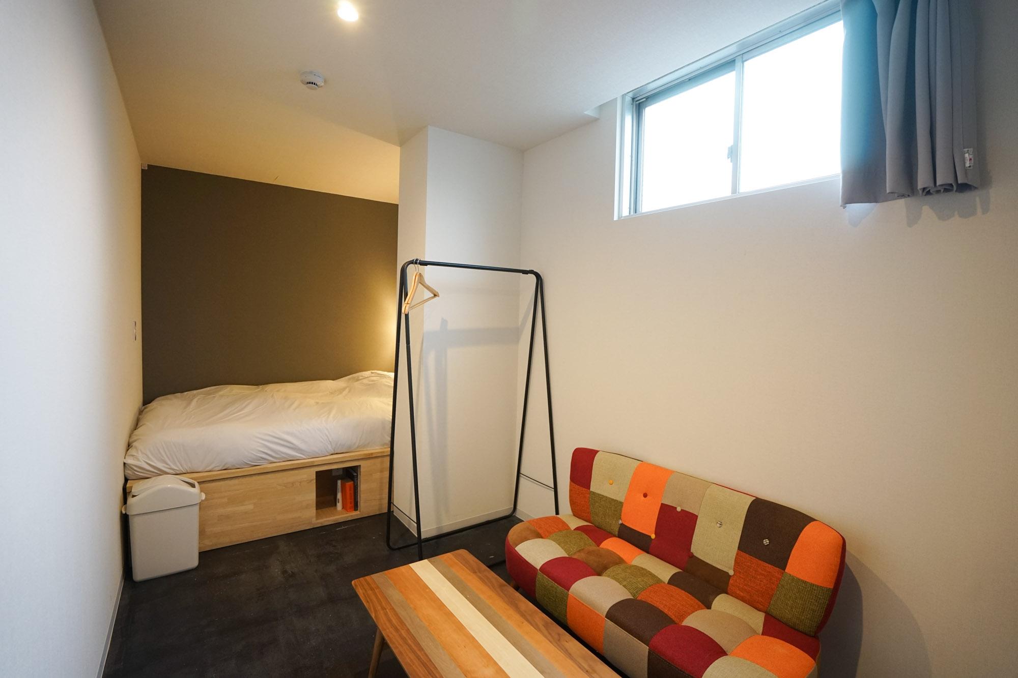 今回泊まったのは、「スタンダードダブル」のお部屋。ソファのお部屋でしたが、デスク&チェアが設置されたお部屋もあります。