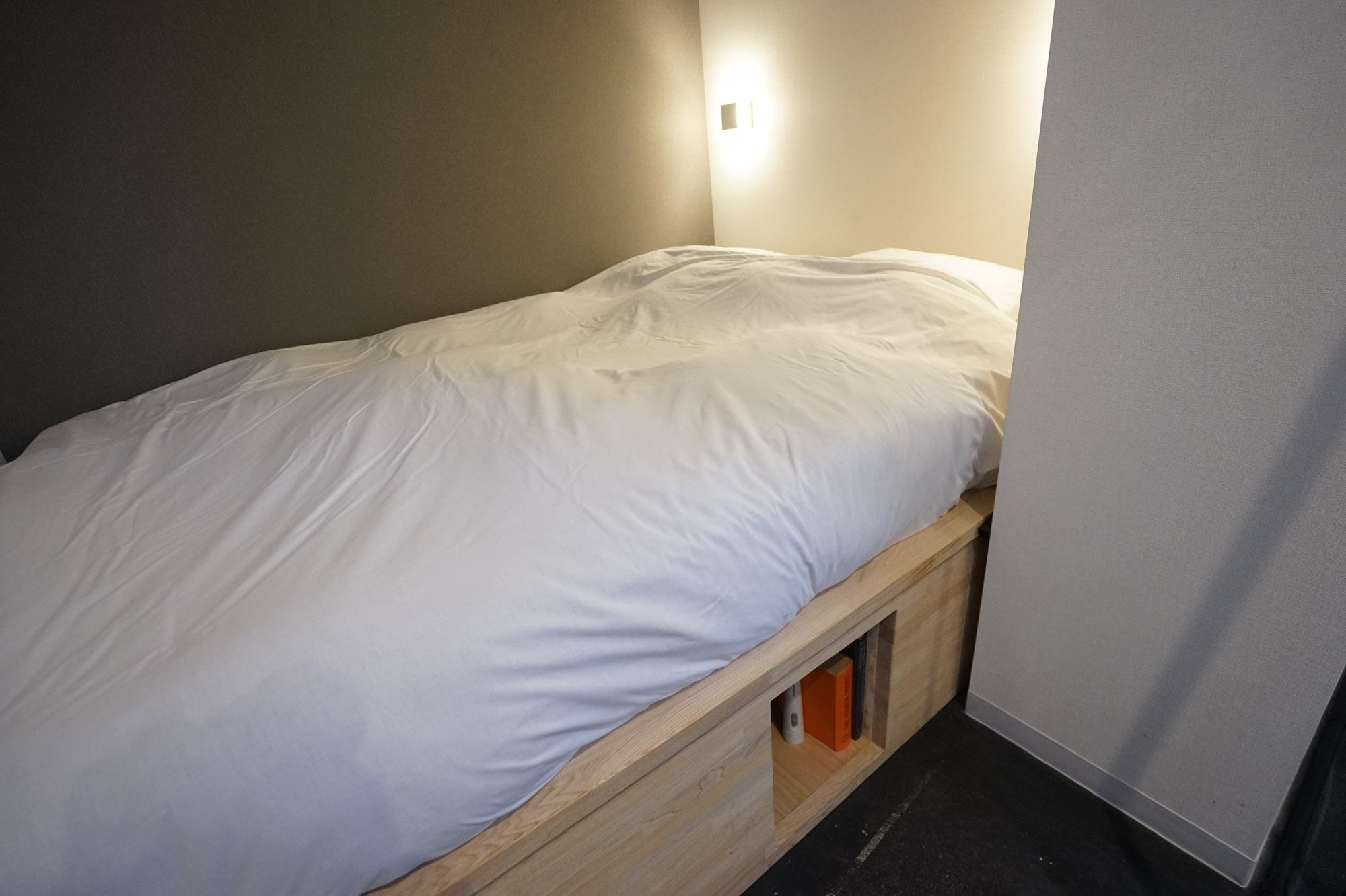 奥にはつくりつけのベッドが設置されていました。マットレスもしっかりと厚みがあり、ギシギシ音が鳴ることもないので、しっかりと睡眠をとることができます。