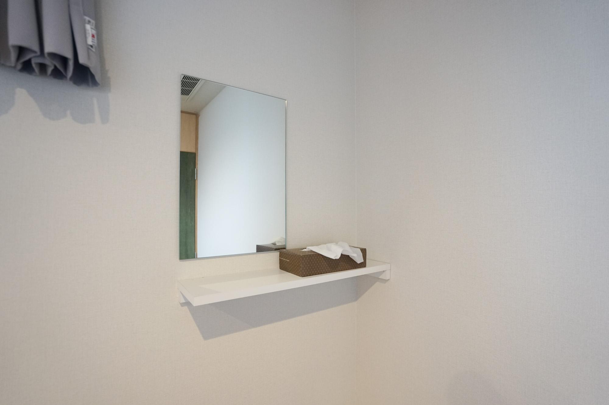 その上には小さな鏡と棚があります。身だしなみはこちらでチェック。