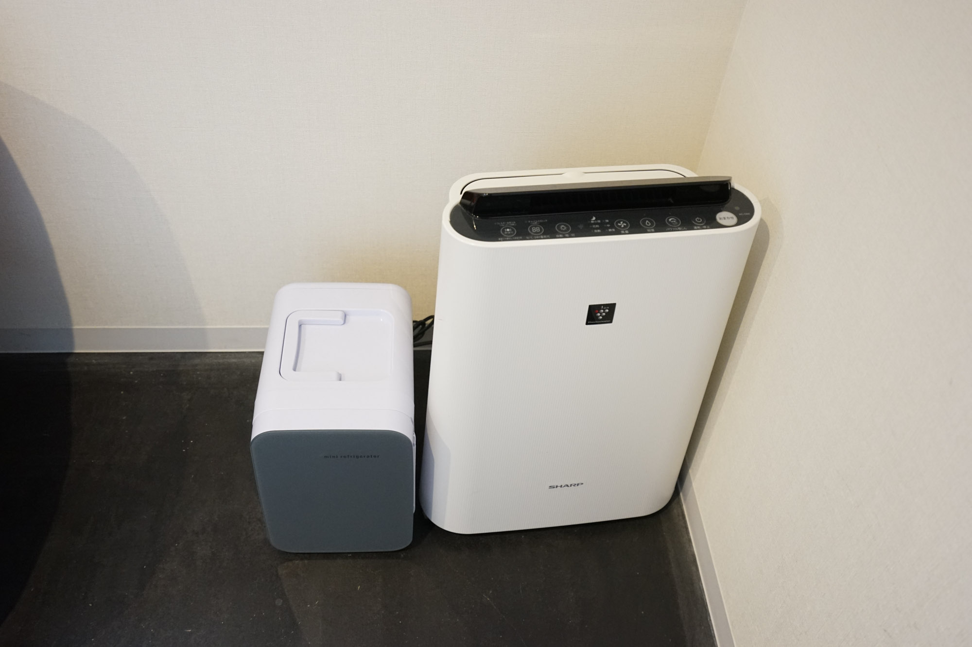 お部屋の隅っこに、空気清浄機とミニミニ冷蔵庫がありました。ただ、ミニミニ冷蔵庫は缶ビールひとつを保冷するクーラーボックスぐらいの効果。常温のものを冷やす威力はありませんのでご注意。1階のラウンジにシェア冷蔵庫がありますのでそちらもご利用を。