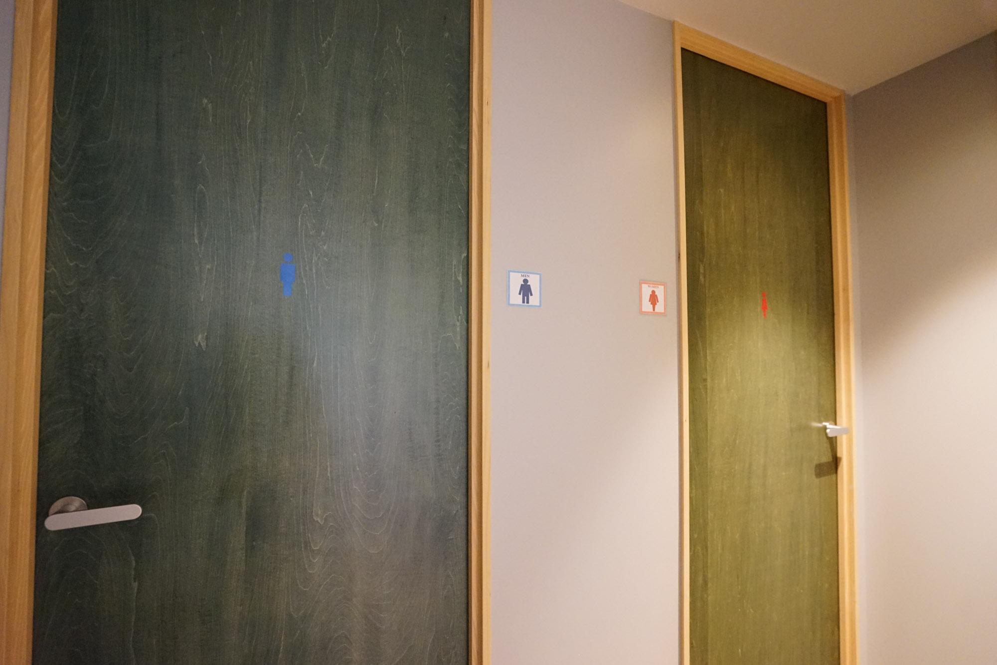 各フロアを奥まで進むと、男女別のバスルーム。