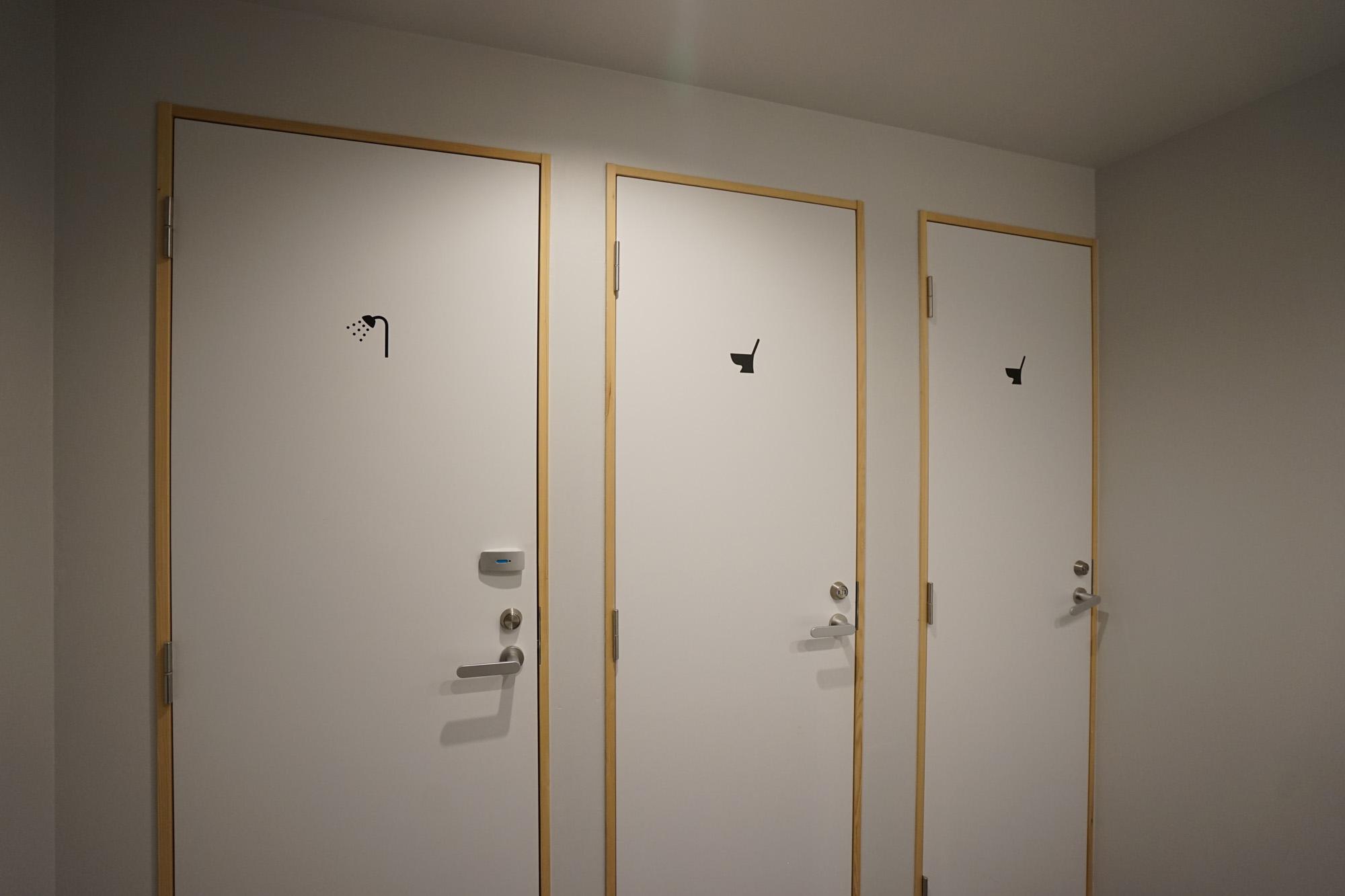 女性用はシャワーが1箇所、トイレが2箇所。他のフロアを使うこともできますが、朝の時間帯などは余裕を持ってご利用を。