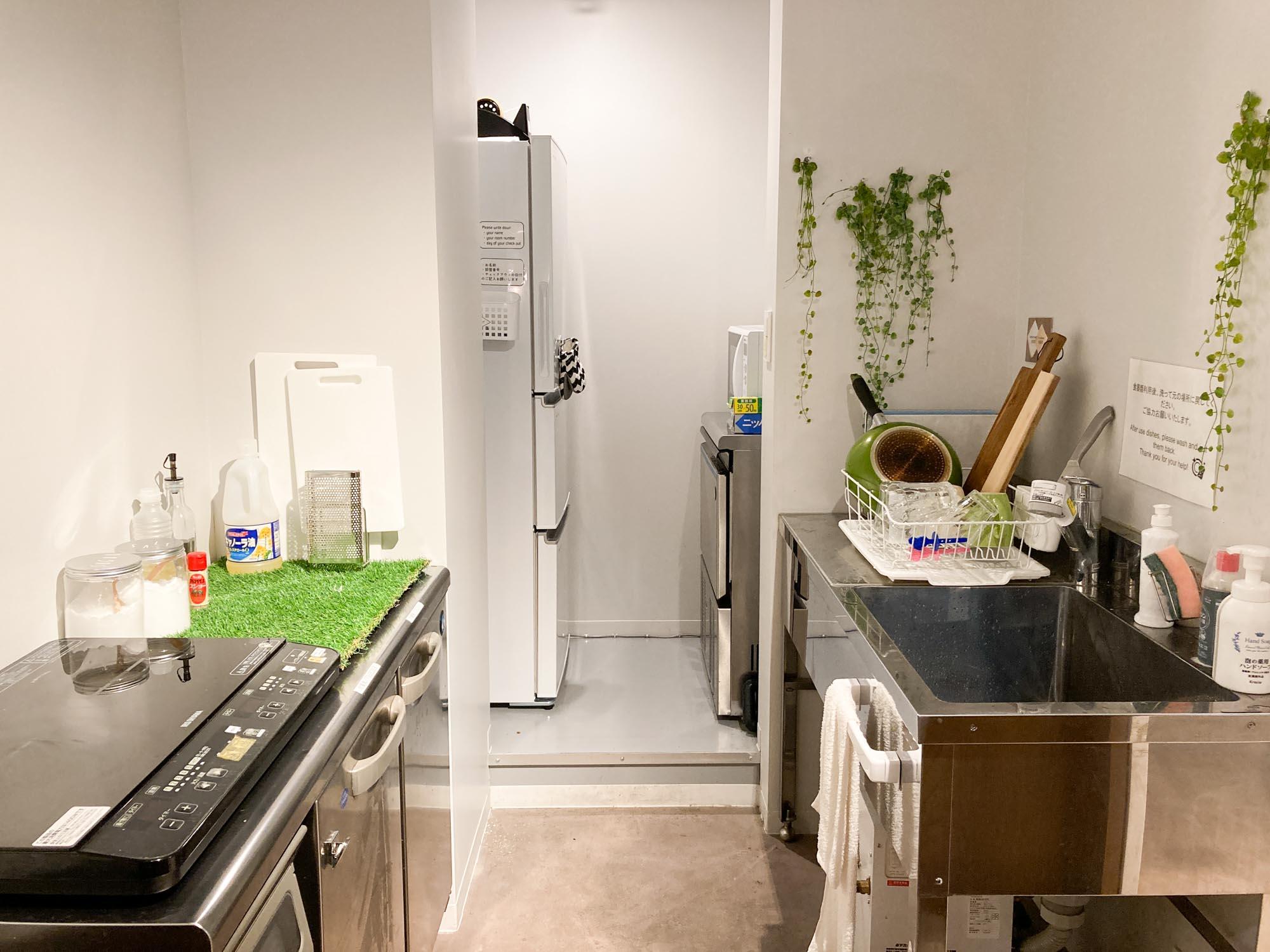 大きな冷蔵庫、シンク、IHコンロがあり、調理器具も揃っているので簡単な自炊ならこちらでできちゃいますよ。