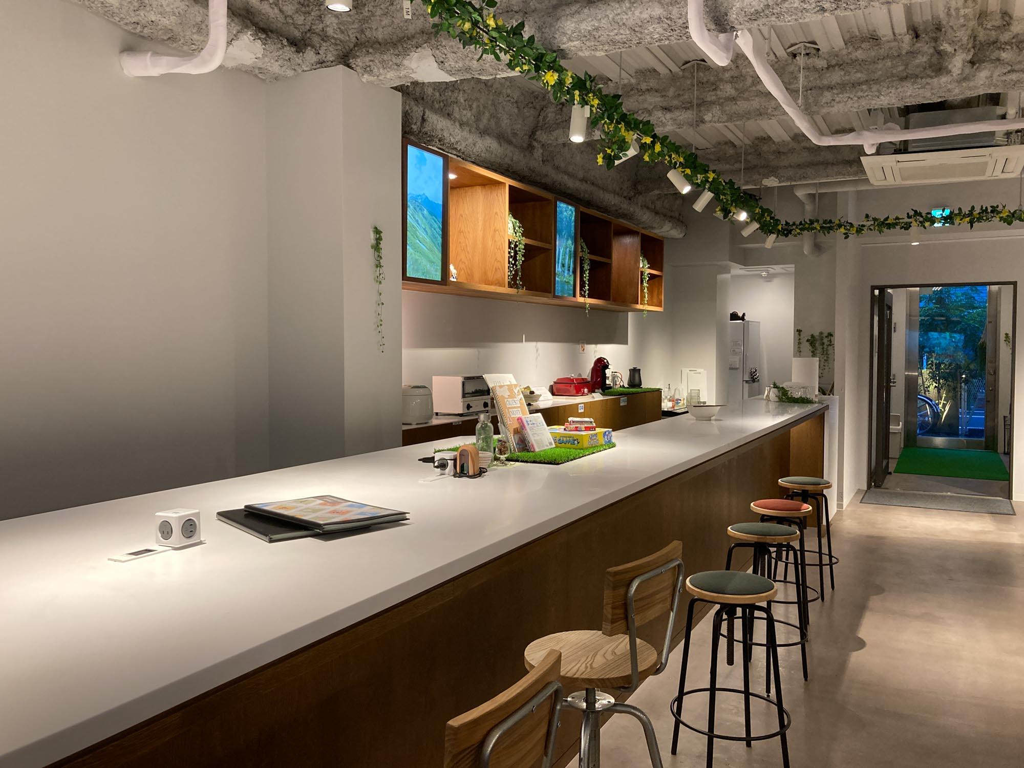こじんまりとしたホステルですが、1階フロントの奥には宿泊者がゆっくりできるラウンジが用意されています。