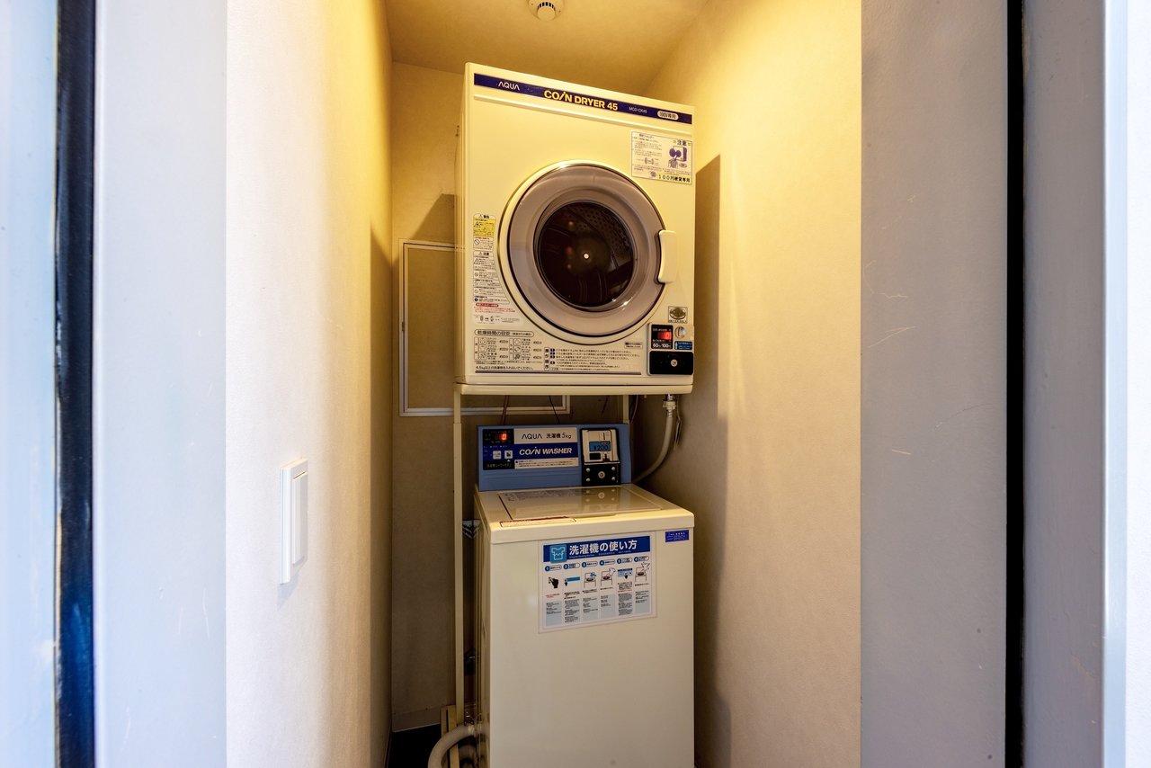 2階にはコインランドリースペースがあります。外まで洗濯物を持っていかなくていいのは楽です。