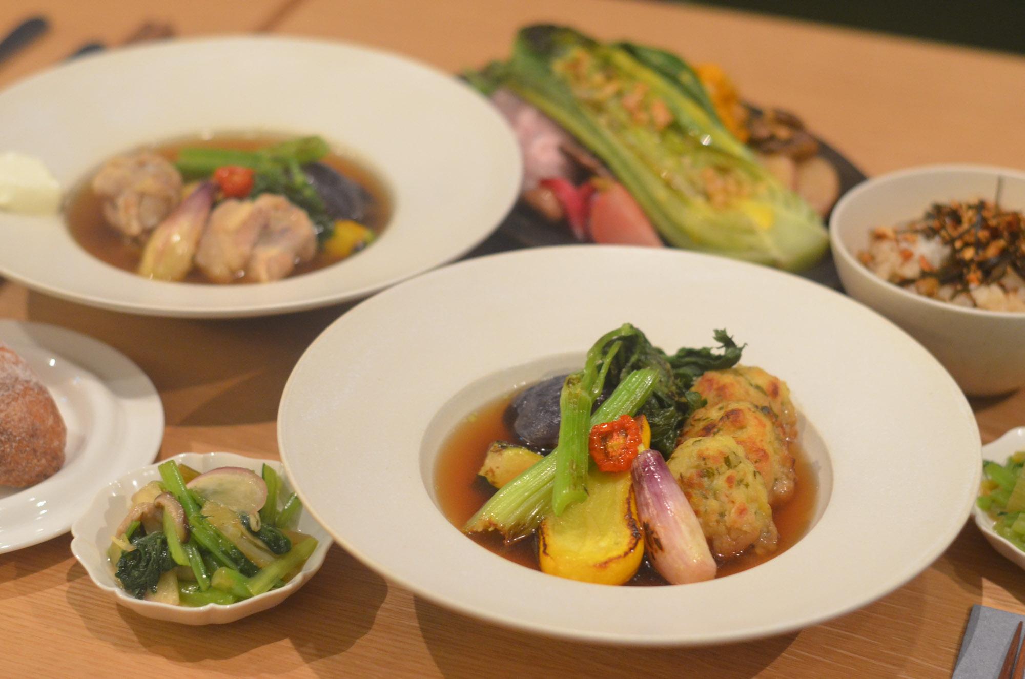 """「本と野菜 OyOy(おいおい)」は、京都の烏丸御池にオープンしたリアル店舗。「坂ノ途中」の野菜と、「かもめブックス」を展開する鴎来堂が選んだ本が楽しめる、お野菜ビストロ。「野菜の宅配ってちょっとハードルあるなという人向けの、""""料理は作るから、食べにきたら?""""というお店です(小野さん)」(プロジェクトサイトはこちら)"""