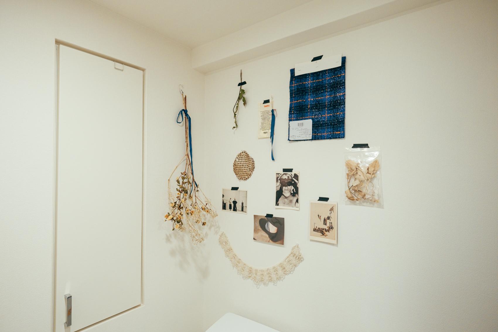 吊るすだけでなく、壁はマスキングテープなどで貼ることによっても上手く活用されていました。