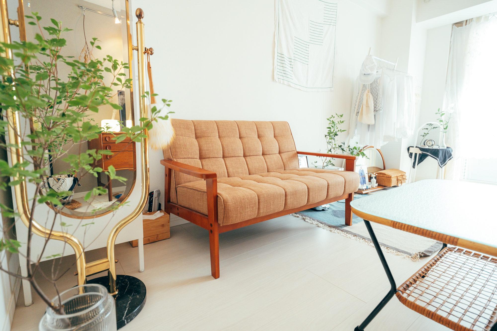 お部屋の入り口で合わせて目立つのがソファ。家での時間のほとんどはソファ上で過ごすことが多いそう。 「テレビ台の色合いとズラしたくなくて、ソファもRe:CENOで赤っぽい茶色を選びました。」