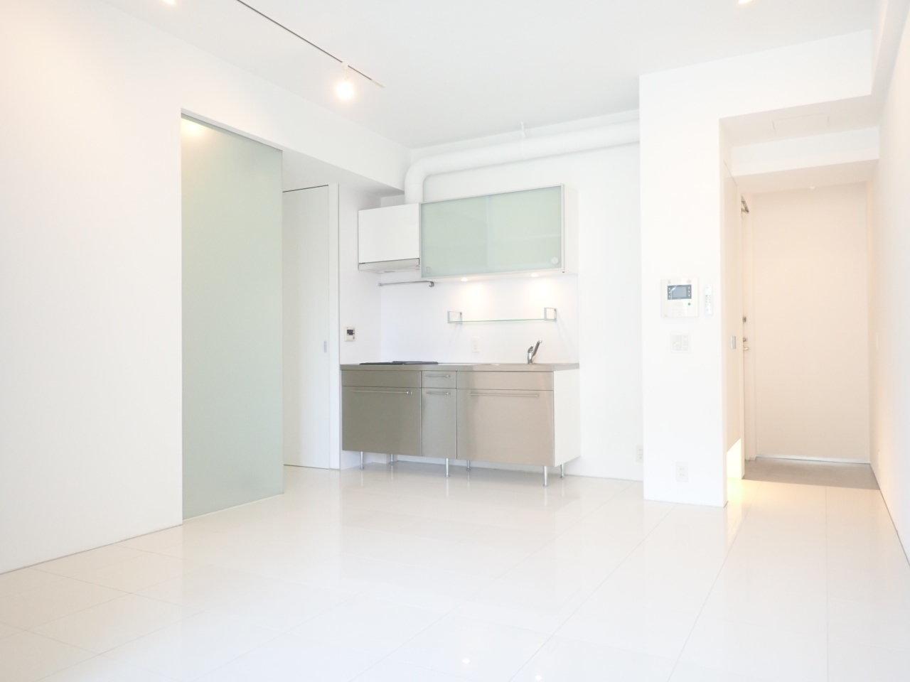 床、壁、天井が綺麗に白で統一された、爽やかな印象の1LDKのお部屋。LDKは13畳あるので、かなり広々と使うことができそうです。
