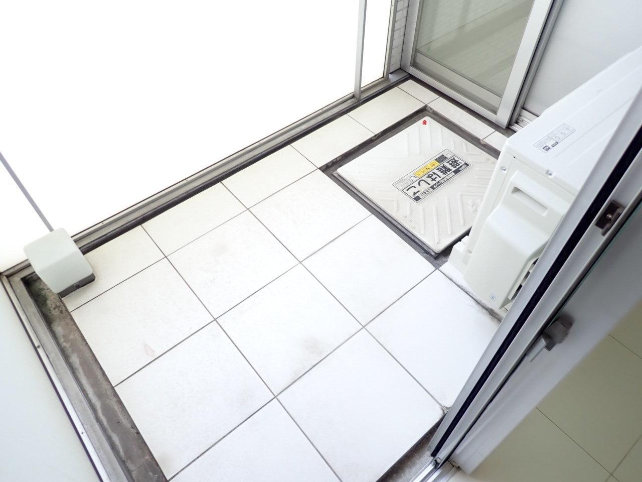 リビングと洋室から行けるベランダは、正方形のような形をしていて広さがあります。たくさんの洗濯物や、布団、ちょっとした植物を育てることもできますよ。