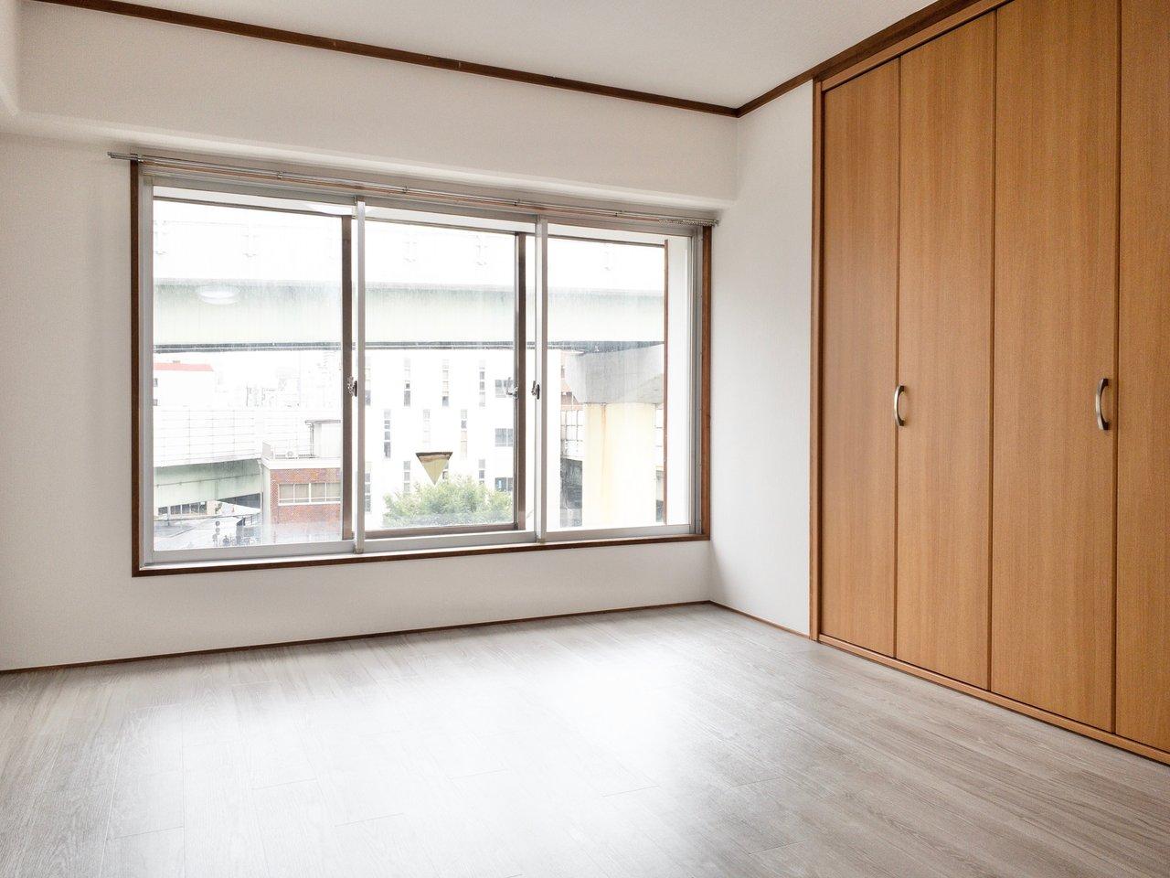 道路側の個室には大きなクローゼットと大きな窓。窓は二重になっているので、騒音も気にならなさそうです。