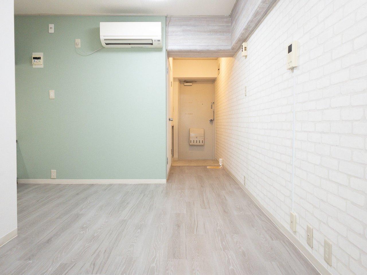 大阪難波駅から徒歩1分。8畳のLDKと6畳の個室が二つついた2LDKタイプのお部屋です。淡いグリーンの壁紙がかわいらしい!