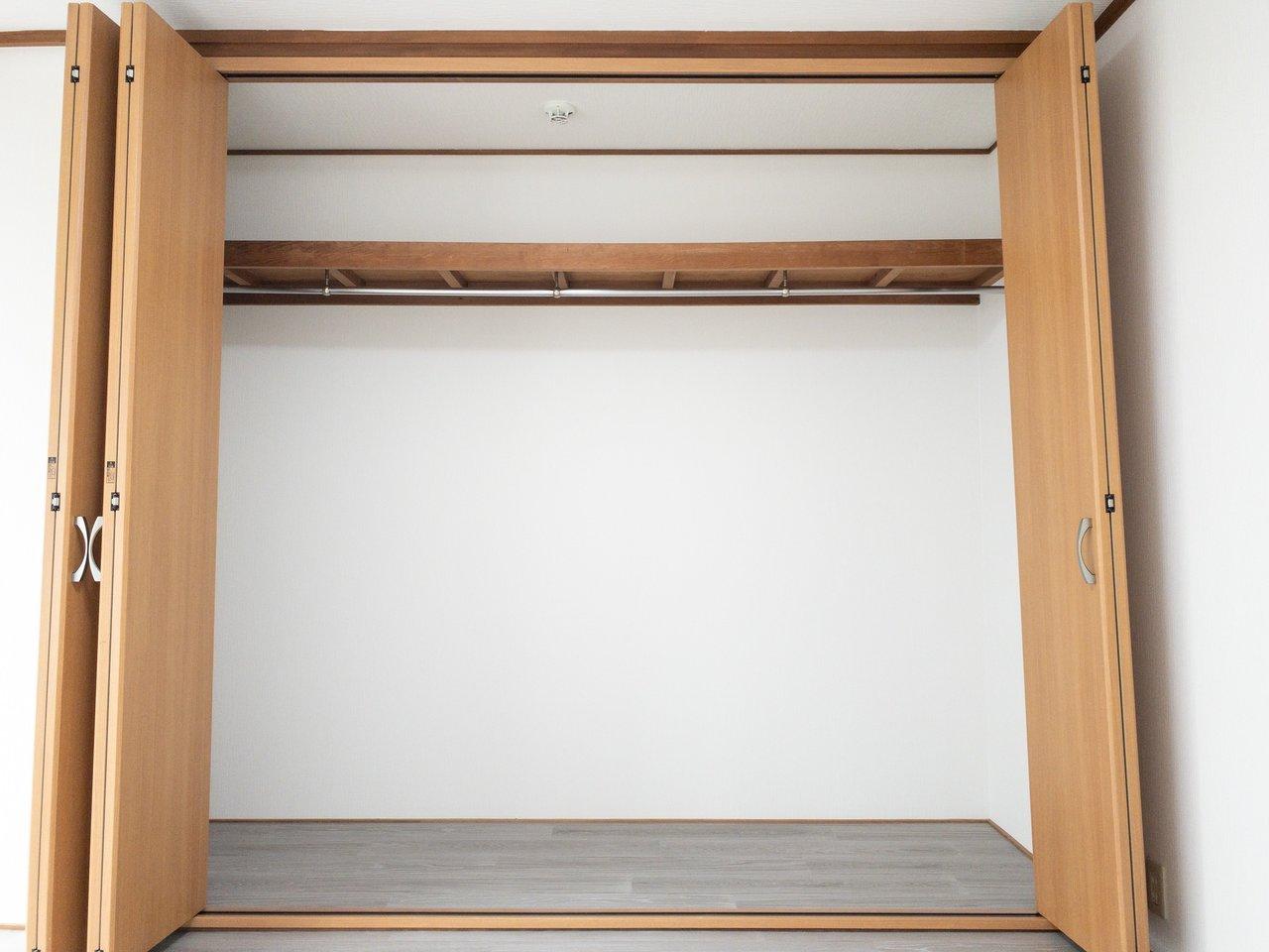 クローゼットもこの通り!二人暮らしでも十分荷物がおさまりそう。上の棚をうまくつかって収納すると良いですね。