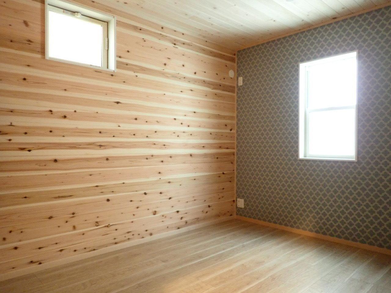 どこの部屋も壁紙にこだわりが。壁が木目だと、グリーンの植物などがよく映えそうです。