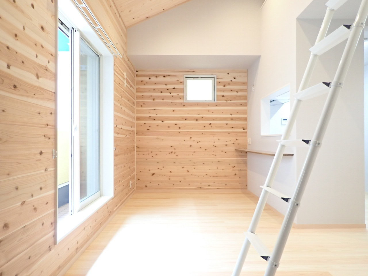 さて、お次は壁も床も無垢材を使用した、あたたかな雰囲気を醸し出す3LDKのお部屋。2階建てになっていて、1階に洋室2部屋と水回り。2階はリビングと洋室。そしてはしごの上には……