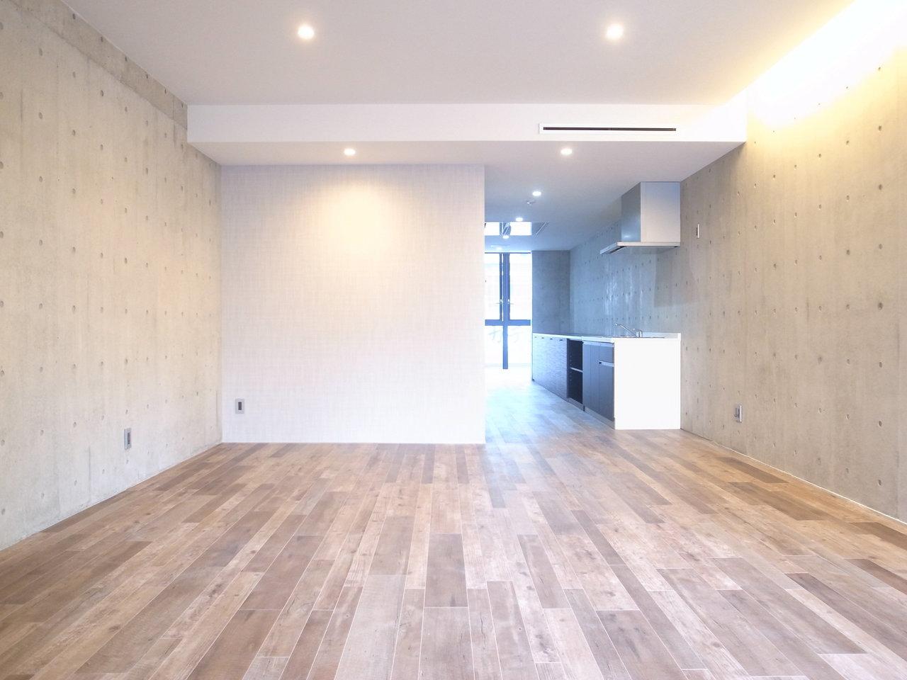 最後にご紹介するお部屋は、難波駅から徒歩4分。60㎡を超えるスペースをワンルームで使用する、大胆な間取りのお部屋です。