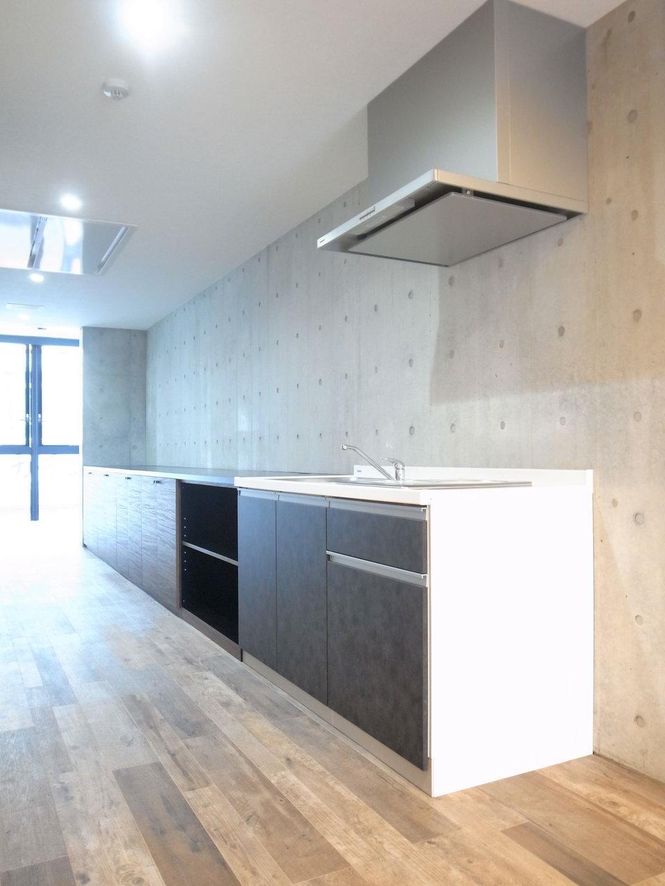 壁沿いにあるキッチンは、広々シンクと2口コンロ付き。その先に広がる場所はすべて収納棚になっています。