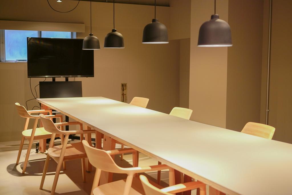 中でもこの会議室は、役員会議などのやや固めの会議スタイルのときにも使用できるようにとコンセプトが決められたもの。マットな質感の黒の照明と、丸みがあって居心地の良い椅子。真剣さのようなものは残しつつ、どこか柔らかな雰囲気を出して、会議全体がうまくまとまるようにと考えられたそう。