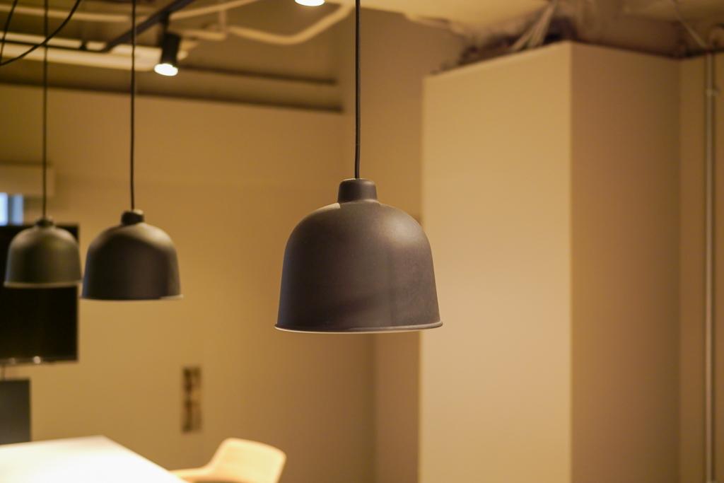 マットな質感の黒の照明と、丸みがあって居心地の良い椅子。