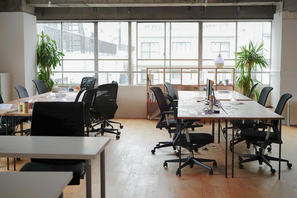 グッドルーム社のフロアでは、木製のテーブルが多く配置され、自席でもオープンスペースでも、立ちながらでも、仕事ができるように工夫されています。
