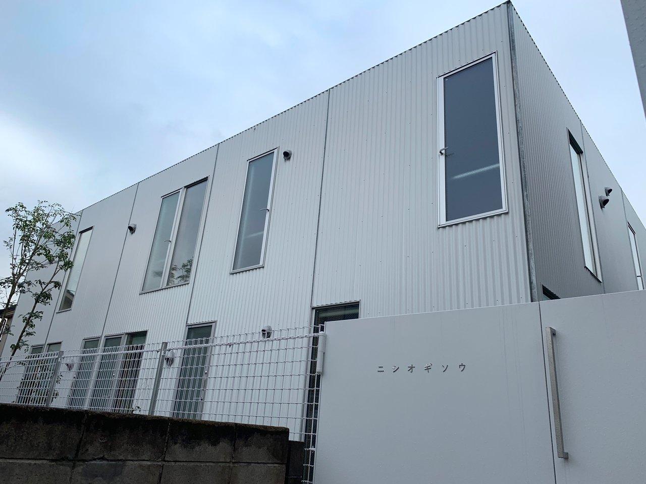 西荻窪から徒歩7分の場所にあるデザイナーズ賃貸。過去には建築雑誌〈新建築〉に掲載されたことも。1DKのお部屋は1階がダイニング、2階にリビングと分かれています。